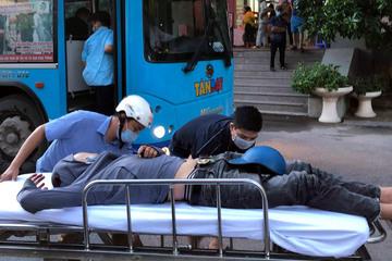 Thấy thanh niên gặp nạn, tài xế xe buýt bất chấp lao đến đưa đi cấp cứu, nhiều tài xế ô tô, taxi lại làm lơ