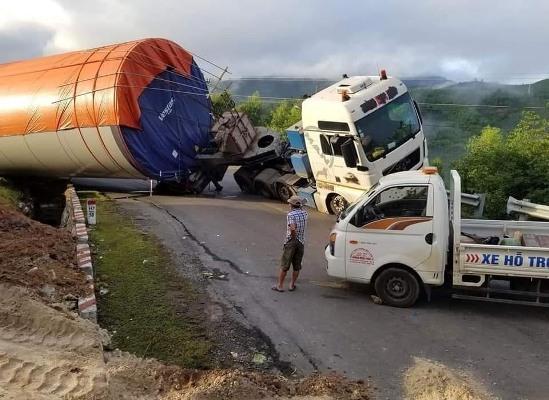 Xe chở trụ điện gió,Lật nghiêng,Quốc lộ 26,Đắk Lắk,Khánh Hòa,lật xe,tai nạn
