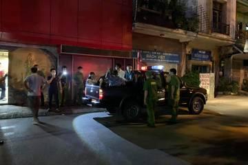 Quán karaoke vi phạm bị vây ráp, nhiều khách phá 'chuồng cọp', trèo mái nhà hòng tẩu thoát