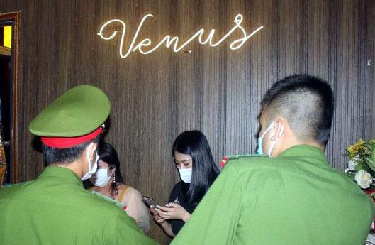 Công an tóm gọn quán karaoke mở cửa cho người nước ngoài bay lắc