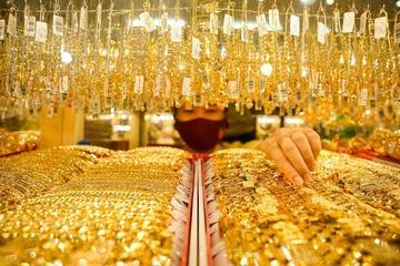 Giá vàng biến động mạnh, nhà đầu tư 'nín thở' chờ...