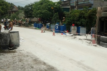 Xe chở 1.600 lít axit bị lật ngay sát nhà dân ở Lào Cai