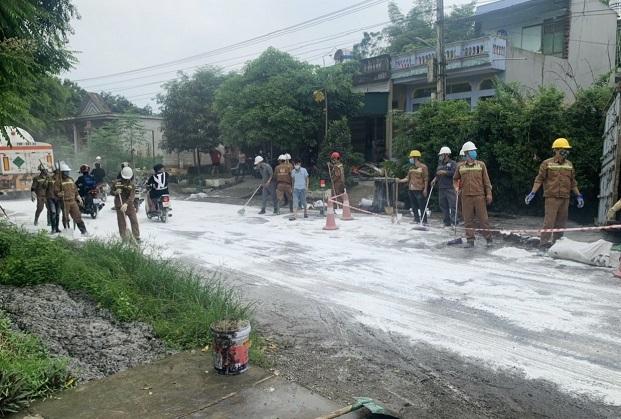 tai nạn kinh hoàng,xe đầu kéo,xe chở axit đổ vào nhà dân,Lào Cai,xe chở axit,axit,đổ axit,hóa chất Đức Giang