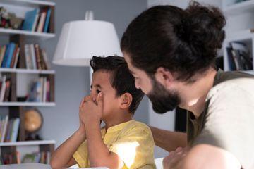 Bố mẹ luôn mồm nói 'Con thật hư!' mà không lường tới hệ quả tai hại với tâm lý trẻ em