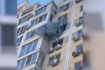 Chàng trai nhảy dù trúng cục nóng điều hòa chung cư tầng 13