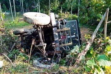 Xe công nông tuột dốc va chạm máy cày, 2 người thương vong
