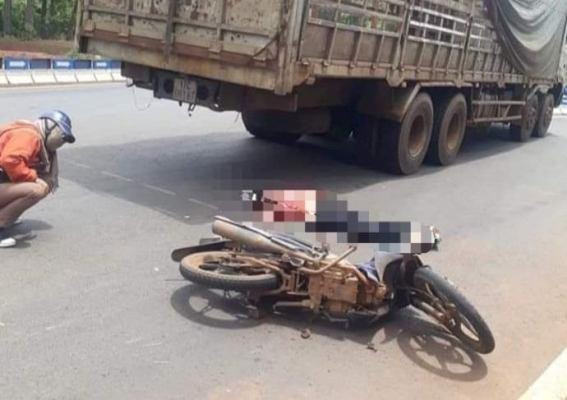 Va chạm nghiêm trọng giữa xe tải và xe máy, một người phụ nữ tử vong