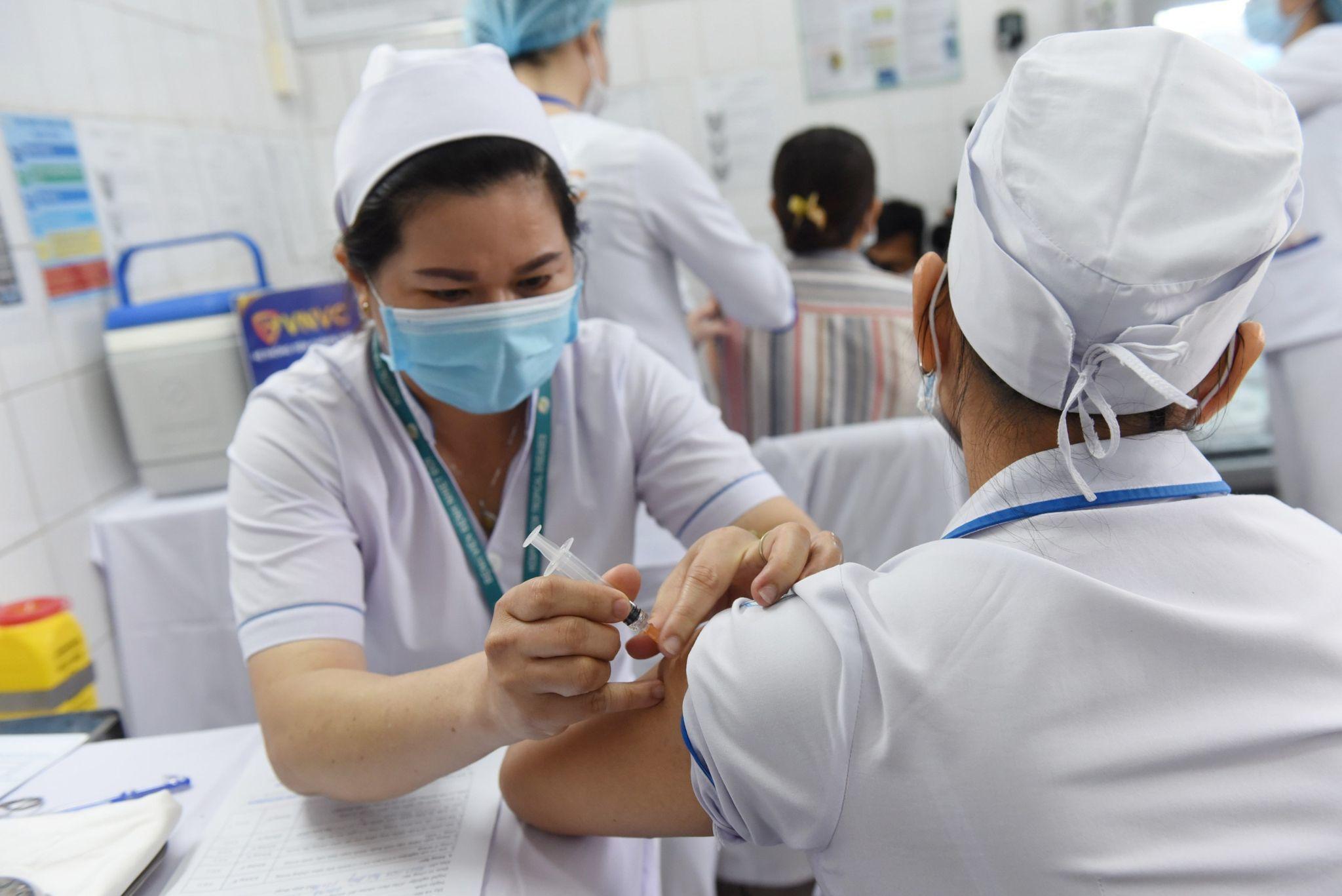 GS Đặng Đức Anh: Tiêm trộn vắc xin sẽ tăng phản ứng sau tiêm