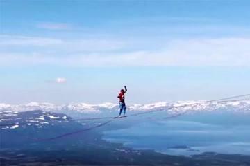Thót tim xem màn đi bộ trên sợi dây dài hơn 2km treo lơ lửng ở độ cao 600 mét