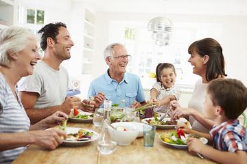 Bữa ăn gia đình không ngờ là cơ hội tốt cho cha mẹ dạy con nhiều kỹ năng sống