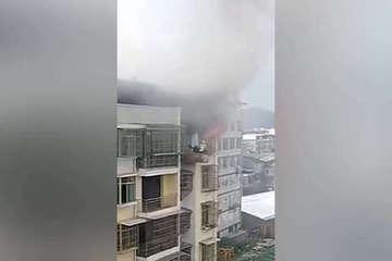 Cần trục công trường giải cứu cậu bé mắc kẹt trong đám cháy tầng 7