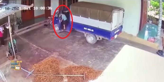 Clip thót tim: Bé trai lén lên xe tải vào số lùi rồi sợ hãi nhảy xuống chặn xe trôi