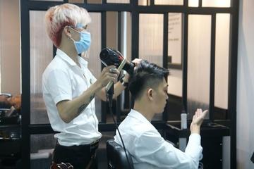 Hà Nội đóng cửa quán cắt tóc, dịch vụ làm đẹp: Có nên gọi thợ đến nhà làm?