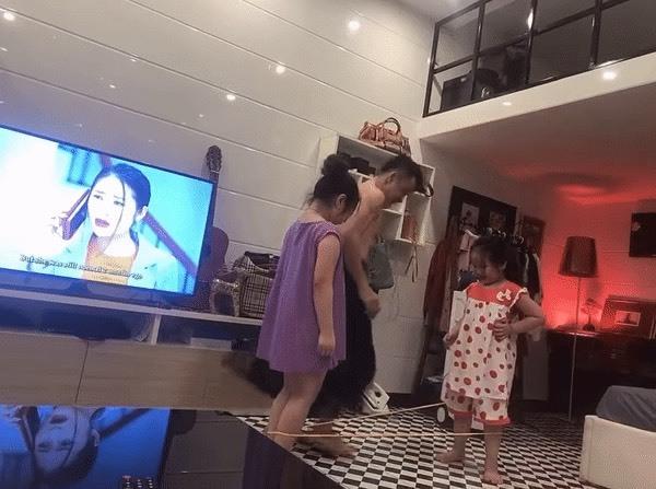 """Ông bố 'lầy lội' mặc váy chơi nhảy dây cùng 2 con gái khiến dân mạng """"thả tim"""" rần rần"""