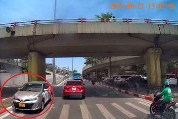 Vẫn chưa xử phạt xe ô tô đi ngược chiều trên đường phố Hà Nội khiến dân mạng bức xúc