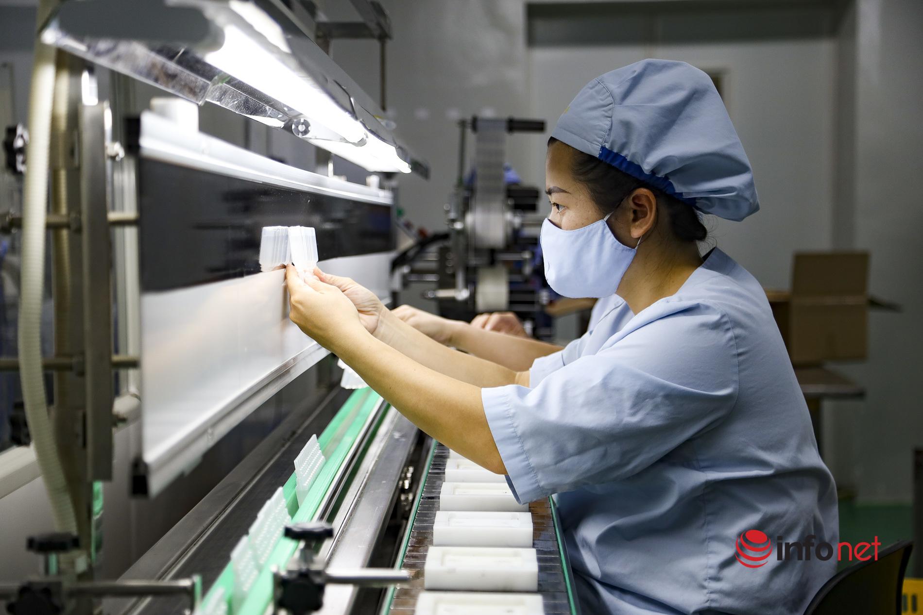 Bên trong nhà máy sản xuất hơn 6 triệu ống dung môi hỗ trợ cho chiến dịch tiêm phòng Covid-19