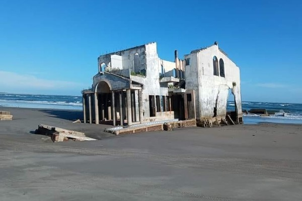 Hé lộ bí ẩn về toà biệt thự bỏ hoang nằm trên bãi biển nổi tiếng theo cách chẳng ai ngờ