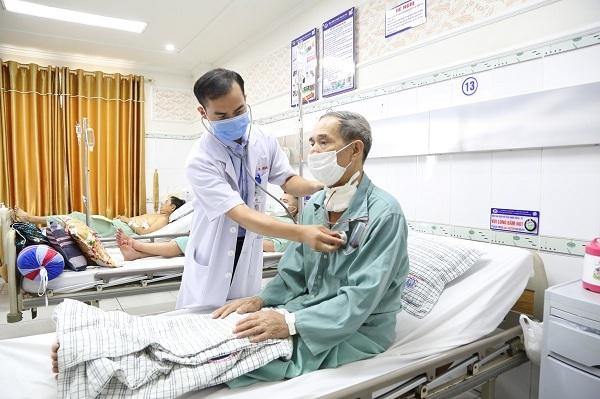 Đau tức ngực, cụ ông được phát hiện động mạch chủ phình to như cổ tay