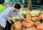 Bỏ hàng trăm triệu đồng mua rau, củ quả gửi tặng nhân viên y tế