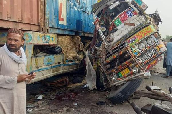 Hiện trường tai nạn xe buýt kinh hoàng khiến 73 người thương vong ở Pakistan