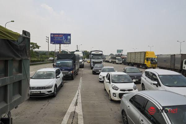 Ô tô xếp hàng chờ 2 tiếng chưa qua được trạm thu phí cao tốc Pháp Vân - Cầu Giẽ