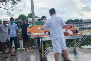 Xe cấp cứu chở bệnh nhân tông đuôi xe tải, 4 người bị thương nặng
