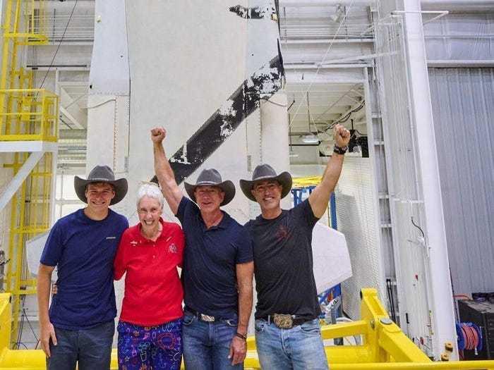 Tỷ phú Jeff Bezos và phi hành đoàn tập luyện thế nào trước chuyến bay lịch sử vào vũ trụ?