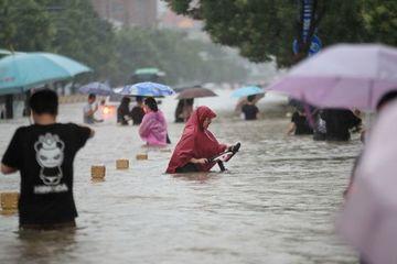 Trung Quốc: Mưa khủng khiếp nhất trong 1.000 năm, tàu điện ngầm biến thành bể nước