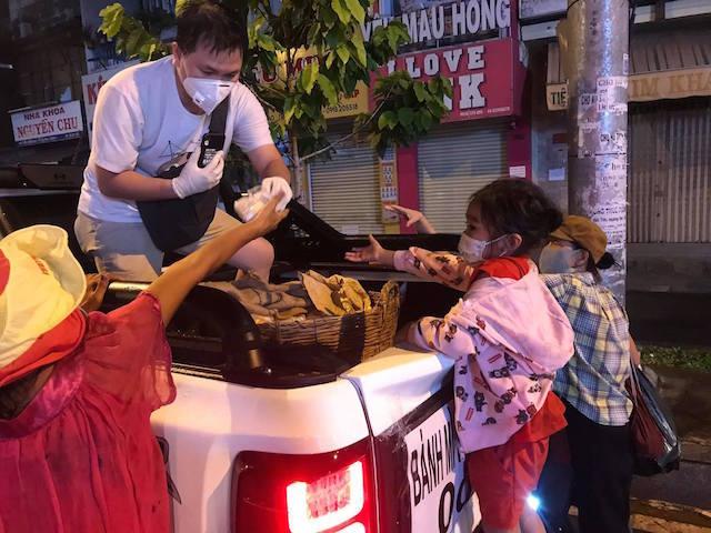 bánh mỳ Saigon 0 đồng,Covid-19,từ thiện,yêu thương,chia sẻ,Sài Gòn,bánh mỳ,miễn phí,người nghèo
