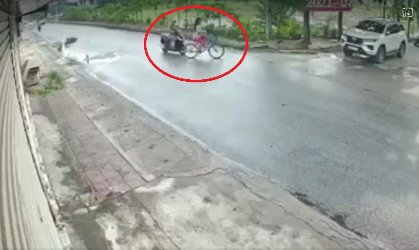 Bé gái đạp xe sang đường bị xe máy tông ngã lộn nhào, clip 'thót tim' này cảnh báo cha mẹ về một vấn đề quan trọng