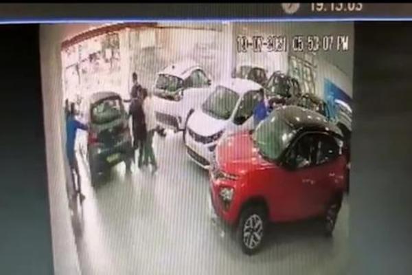 Vừa nhận xe mới ở showroom, tài xế đã đạp nhầm chân ga gây tai nạn