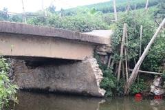 Gần 200 hộ dân thấp thỏm đi qua cây cầu sụt mố do mưa lũ