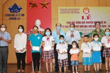 Nghệ An: Trao thưởng cho 200 học sinh vượt khó học giỏi