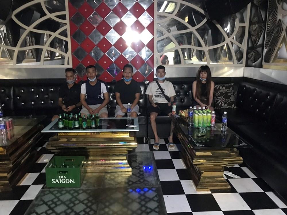 2 quán karaoke mở 'chui' cho hơn 50 khách hát,phát hiện 7 ngườidương tính với ma túy