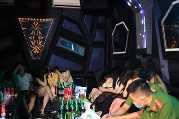 'Đột kích' quán karaoke, phát hiện 44 đối tượng dự 'tiệc sinh nhật' có ma túy