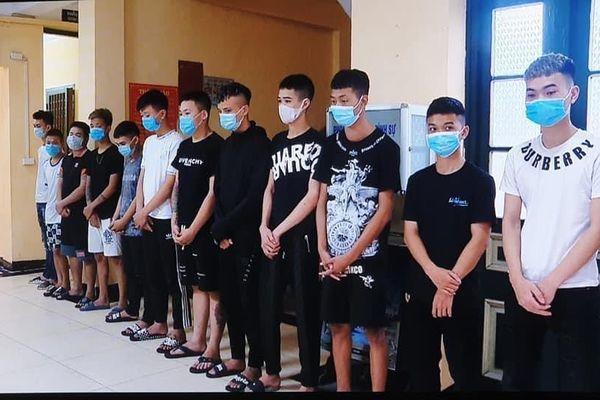 Hẹn đánh nhau trên Facebook, nhóm thiếu niên cầm hung khí diễu phố