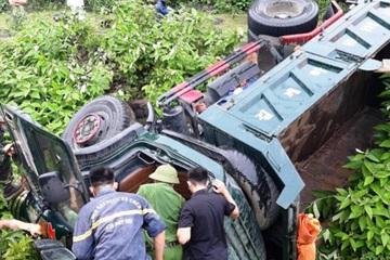 Nghệ An: Kịp thời giải cứu tài xế mắc kẹt trong cabin biến dạng
