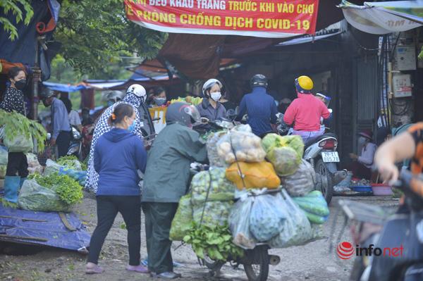 Người Hà Nội đi chợ từ tờ mờ sáng trước giờ giãn cách, thực phẩm ngồn ngộn