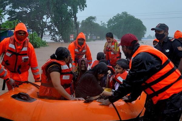 Mưa lớn gây ngập lụt và sạt lở nghiêm trọng ở Ấn Độ, 136 người thiệt mạng