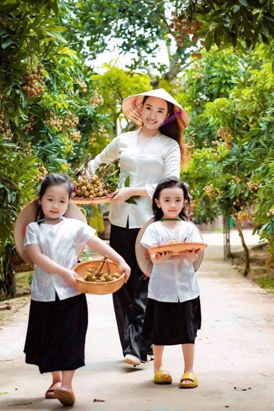 2 bé gái xinh như búp bê trong vườn nhãn lồng Hưng Yên khiến dân mạng 'cưng xỉu'