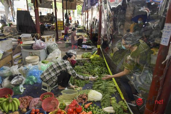 Hà Nội: Chợ dân sinh đầu tiên lắp 'lá chắn', chia ngày bán hàng để phòng dịch