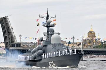 Toàn cảnh lễ duyệt binh kỷ niệm 325 năm Ngày Hải quân Nga
