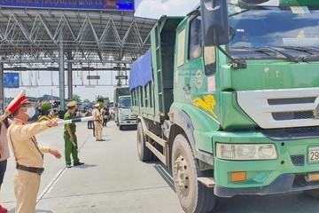 Xe chở hàng vẫn ách tắc tại nhiều cửa ngõ
