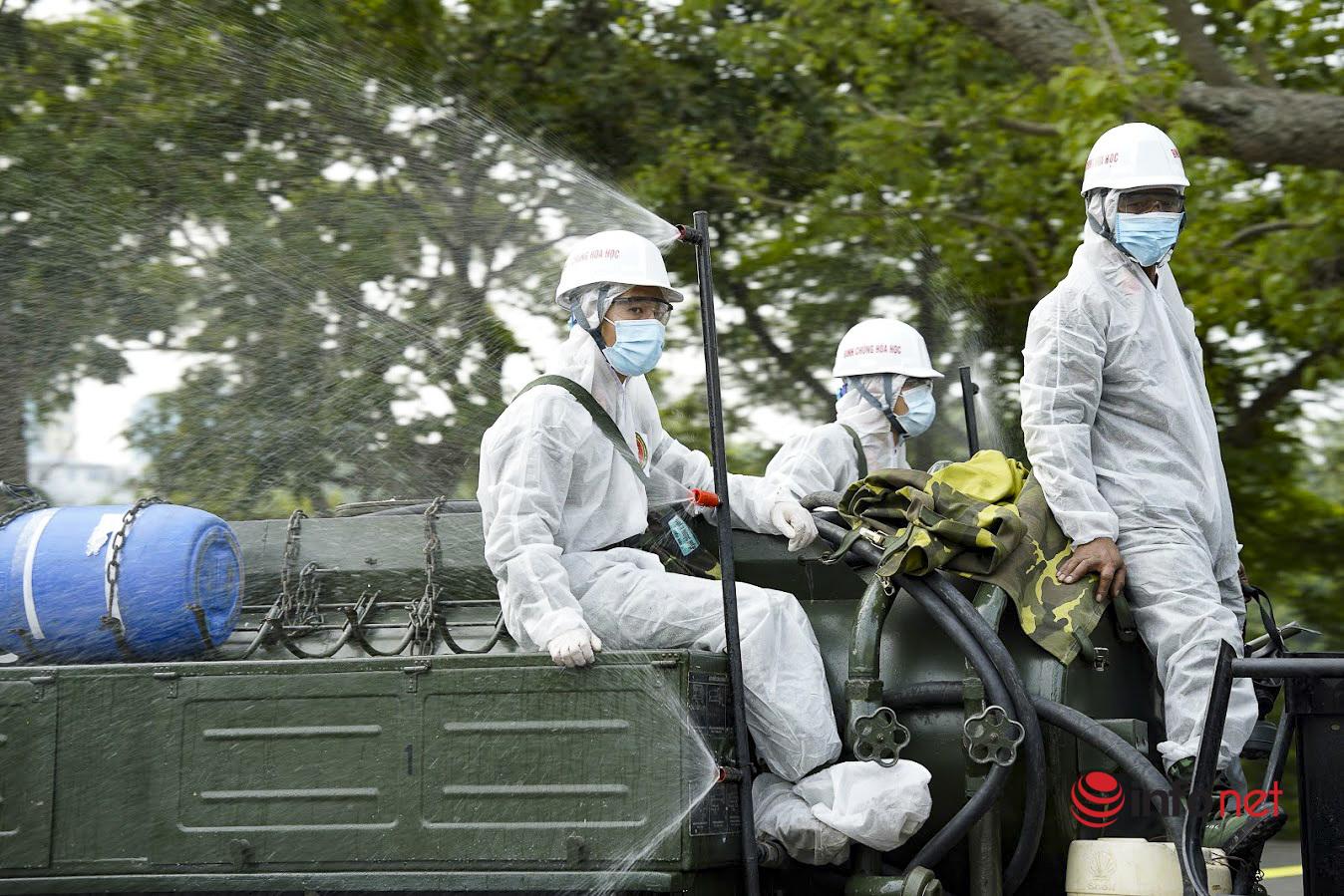 Xe đặc chủng phun khử khuẩn diện rộng trên các tuyến phố Hà Nội