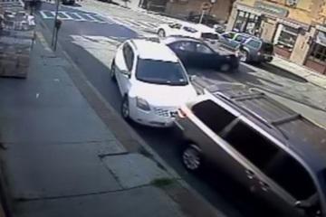 Cảnh sát Mỹ tay không nâng ô tô cứu hai mẹ con
