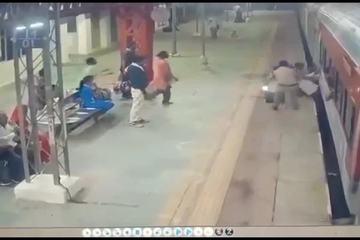 Cố nhảy lên đoàn tàu đang chạy, người đàn ông suýt mất mạng