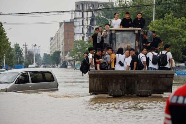 Người hùng lái máy ủi cứu 71 người khỏi 'cửa tử' trong mưa lũ ở Trung Quốc