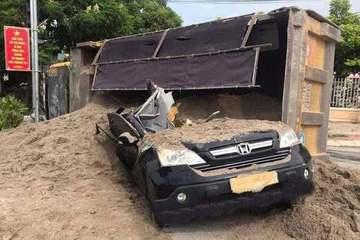 Kinh hoàng tai nạn giao thông, lái xe con thoát chết trong gang tấc