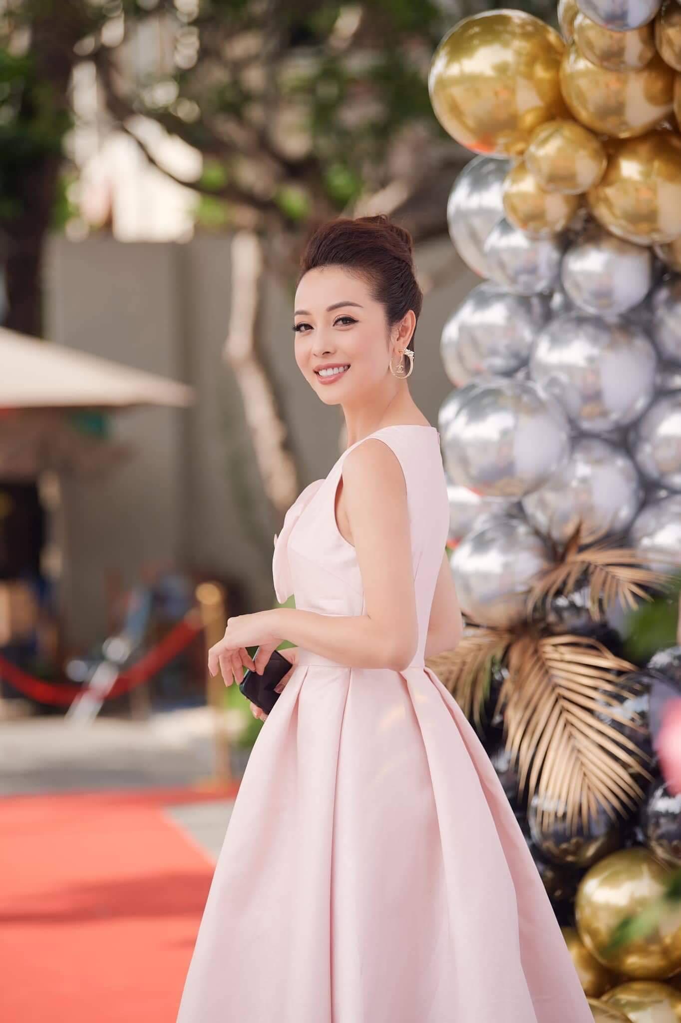Các hoa hậu 'đọ tài' bếp núc mùa dịch: Jennifer Phạm và Ngọc Hân làm cơm từ thiện đầy ý nghĩa