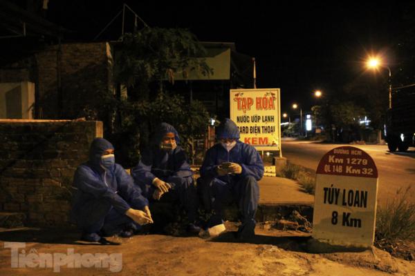Xuyên đêm cứu hộ, 'tiếp sức' người dân đi xe máy về quê tránh dịch